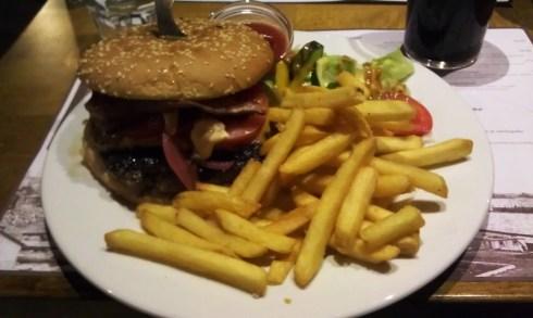 Chilipekoniburger-annos (Ravintola Kannas, 16 €)